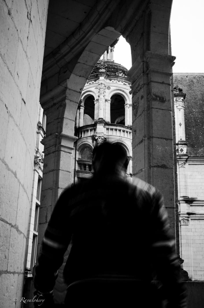 Un visiteur face à la tour